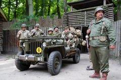 Soldats de l'armée américaine de la deuxième guerre mondiale avec Willys Image libre de droits