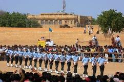 Soldats de l'Armée de l'Air exécutant pour le public au festival de désert dans J Photos libres de droits