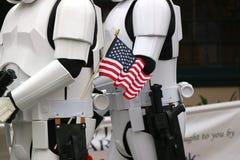 Soldats de la cavalerie de tempête avec le drapeau américain Photo stock