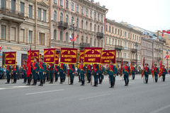 Soldats de la garde de l'honneur avec les normes des avants de la grande guerre patriotique avant St Petersburg Image libre de droits