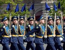 Soldats de la garde de l'honneur du régiment distinct de transfiguration du ` s de commandant au défilé militaire en l'honneur de Photographie stock libre de droits