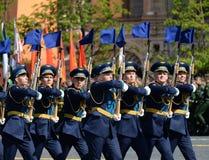 Soldats de la garde de l'honneur du régiment distinct de transfiguration du ` s de commandant au défilé militaire en l'honneur de Images libres de droits