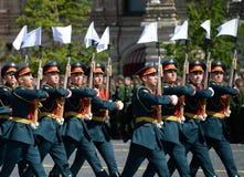Soldats de la garde de l'honneur du régiment distinct de transfiguration du ` s de commandant au défilé militaire en l'honneur de Image stock