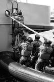 Soldats de marine de soldats (commandos de mer) montant à bord d'un bateau Photographie stock