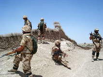 Soldats effaçant la zone Image stock