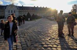 Soldats français d'armée patrouillant à Paris en liaison avec la menace de terroriste images stock