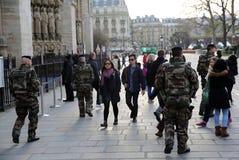 Soldats français dans l'uniforme près de Notre Dame de Paris Photos stock