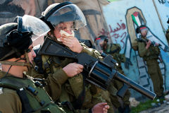 Soldats israéliens affectés par le gaz lacrymogène Photographie stock