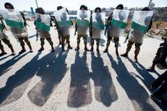 Soldats israéliens avec des écrans protecteurs d'émeute Images stock