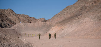 Soldats israéliens sur l'au sol de tir Photos libres de droits