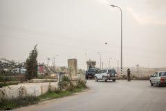 Soldats israéliens vérifiant des Palestiniens Photos libres de droits