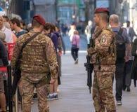 Soldats italiens gardant les sites historiques à Florence photo libre de droits