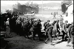 Soldats larges de tir arrivant dans la ville déchirée par guerre banque de vidéos