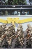 Soldats marchant par le Président Bush Photos stock
