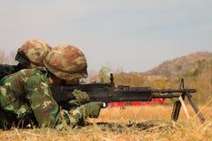 Soldats mettant le feu à la mitrailleuse Photographie stock libre de droits