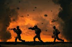 3 soldats militaires courant dans le champ de bataille photographie stock libre de droits