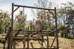 Soldats militaires formant s'élever de corde image stock