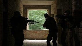 Soldats militaires fulminant le bâtiment ennemi clips vidéos