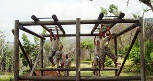 Soldats militaires montant les barres de singe 4k banque de vidéos
