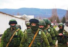 Soldats russes en mars dans Perevalne, Crimée Images libres de droits
