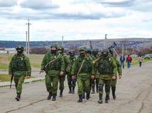 Soldats russes en mars dans Perevalne, Ukraine Photos libres de droits