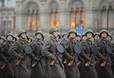 Soldats russes sous forme de grande guerre patriotique au défilé sur la place rouge à Moscou Photos stock
