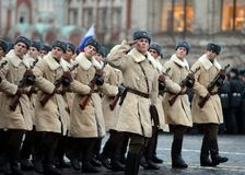Soldats russes sous forme de grande guerre patriotique au défilé sur la place rouge à Moscou Images stock