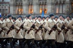 Soldats russes sous forme de grande guerre patriotique au défilé sur la place rouge à Moscou Photo stock