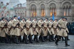 Soldats russes sous forme de grande guerre patriotique au défilé sur la place rouge à Moscou Images libres de droits