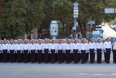 Soldats se préparant au défilé images libres de droits