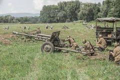 Soldats soviétiques à l'aide d'un canon Images stock