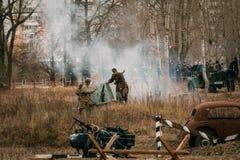 Soldats soviétiques au feu d'arme à feu sur les soldats allemands Gomel, Belar image libre de droits