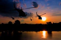Soldatschattenbild, beim rappelling klettern unten vom Hubschrauber auf Sonnenuntergang mit Kopienraum addieren Text Lizenzfreie Stockbilder