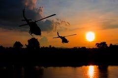 Soldatschattenbild, beim rappelling klettern unten vom Hubschrauber auf Sonnenuntergang mit Kopienraum addieren Text Lizenzfreies Stockbild