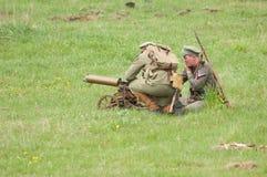 Soldatschießen des Maximenmaschinengewehrs Lizenzfreie Stockfotografie