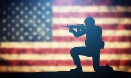Soldatschießen auf USA-Flagge Amerikanische Armee, Militärkonzept Lizenzfreie Stockfotografie