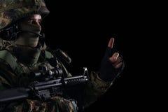 Soldatspecialförband med geväret på mörk bakgrund royaltyfri fotografi