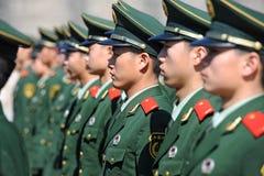 Soldatställningsvakt i Tiananmen område arkivbilder