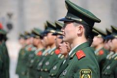 Soldatställningsvakt i Tiananmen område arkivfoton