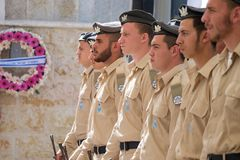 Soldatställningsvakt på ceremoni på Memorial Day fotografering för bildbyråer