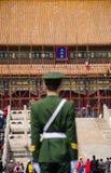 Soldatställningsvakt på Hall av suverän harmoni, beijing Arkivbilder