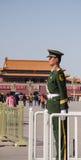 Soldatställningsvakt på Tiananmen, beijing Arkivbilder