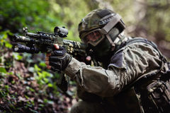 Soldattagandesyfte i skog royaltyfria bilder