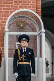 Soldatvakten på det Troitskaya tornet i Moskva, Ryssland royaltyfri foto