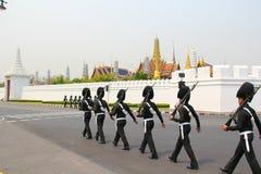 Soldatweg um Wat Phra Kaeo Stockfotografie