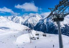 SOLDEN, ÖSTERREICH - 9. MÄRZ 2016: Skifahrer und doppelter Sessellift im alpinen Skiort in Solden Lizenzfreies Stockfoto