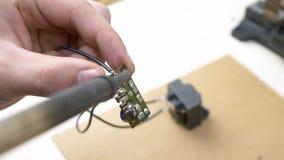Solderende elektronische componenten stock videobeelden
