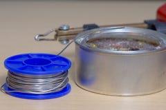 Solderende hulpmiddelen, tin, soldeerbout, hars Stock Fotografie