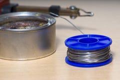 Solderende hulpmiddelen, tin, soldeerbout, hars Stock Foto's