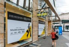 Soldes-Verkäufe in der französischen Stadt mit Fußgängern Stockfoto